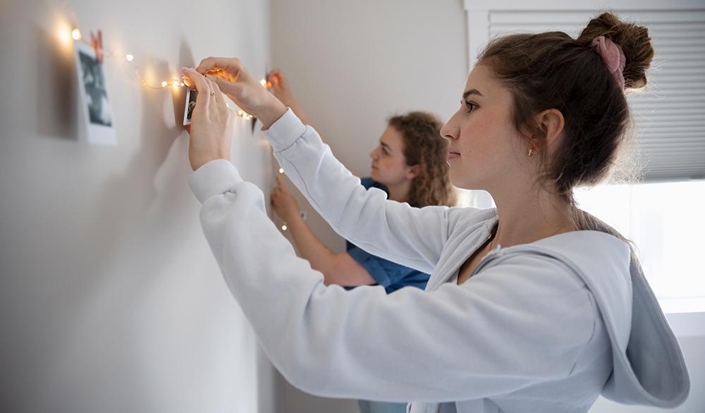 Bedroom Wall Décor Idea: Photo Lights